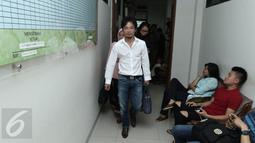 Shogo Sakuramoto, suami dari penyanyi Prastiwi Dwiarti atau Tiwi usai mengikuti sidang perceraian di Pengadilan Agama Tigaraksa, Tangerang, Rabu (22/3). Shogo tak banyak komentar soal alasan Tiwi menggugatnya cerai. (Liputan6.com/Herman Zakharia)