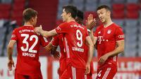 Bayern Munchen meraih kemenangan 2-1 atas Eintracht Frankfurt pada laga semifinal DFB Pokal, di Allianz Arena, Rabu (10/6/2020). Hasil tersebut membuat Bayern lolos ke final. (AFP/Kai Pfaffenbach/POOL)