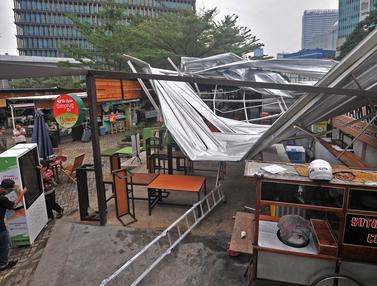 Angin Kencang Robohkan Atap Kios Rasuna Garden Food Street