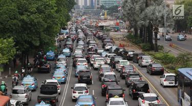 Suasana kemacetan di Jalan MH Thamrin, Jakarta, Kamis (31/5). Tingginya antusiasme warga untuk berbuka puasa di rumah menyebabkan jalan-jalan protokol di Ibukota dipadati kendaraan jelang waktu berbuka. (Liputan6.com/Immanuel Antonius)