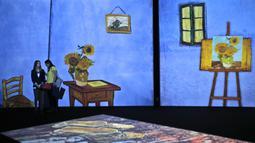 Dua wanita mengunjungi pameran lukisan Vincent van Gogh versi digital di Dubai, Uni Emirat Arab, Minggu (11/3). Pameran ini bertema Van Gogh Alive. (AP Photo/Kamran Jebreili)