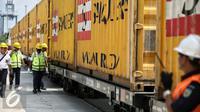 Petugas mengecek kontainer sebelum proses bongkar muatan KA Logistik saat tiba di Stasiun Jakarta International Container Terminal (JICT), Tanjung Priok, Kamis (18/2). (Liputan6.com/Faizal Fanani)