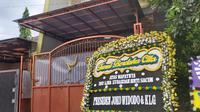 Tim Inafis dari Polrestabes Bandung melalukan olah tempat kejadian perkara (TKP) di kediaman mendiang mantan istri komedian Sule, Lina Zubaedah. (Liputan6.com/ Abramena)