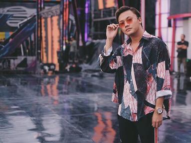 Sering tampil dengan kaus putih sebagai andalan style-nya, Rizky Febian juga sering tampil simple dengan kemeja pattern dan kacamata. Rizky tampil begitu santai dengan memadukan kemeja dan track pants. Rizky juga sering menambahkan aksesoris kalung, gelang atau jam.(Liputan6.com/IG/@rizkyfbian)