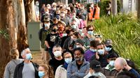 Antrean warga Sydney di luar pusat vaksinasi Covid-19 di Sydney, Australia, Kamis (24/6/2021). Sebagian besar warga Sydney dilarang meninggalkan kota untuk menghentikan penyebaran virus corona Covid-19 varian Delta yang sangat menular ke wilayah lain. (SAEED KHAN / AFP)