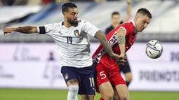 Pemain Italy, Francesco Caputo, berebut bola dengan pemain Moldova, Veaceslav Posmac, pada laga uji coba di Stadion Artemio Franchi, Kamis (9/10/2020). Italia menang dengan skor 6-0. (Marco Bucco/LaPresse via AP)