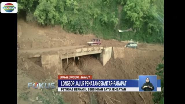 Kementerian PUPR berhasil bersihkan sebagian Jembatan Kembar Sidua-dua yang terdampak material longsor Simalungun di Sumatra Utara.