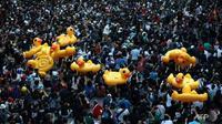 Mainan pelampung bebek menjadi simbol protes di Bangkok, Thailand. (Photo credit: AFP/Jack Taylor)
