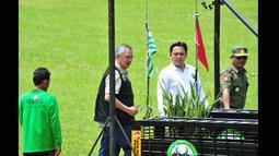 Pendiri Tambling Wildlife Nature Conservation (TWNC),Tommy Winata membuka gembok kandang saat pelepasan harimau Sumatera di Tambling Wildlife Nature Conservation di Pesisir Barat, Lampung, Selasa (3/3/2015). (Courtesy of TWNC)