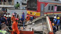 Tabrakan terjadi antara Metromini trayek Kota menuju Kalideres dengan kereta Commuter Line rute di perlintasan Angke, Tambora, Jakarta, Minggu (6/12/2015).13 orang penumpang bus dilaporkan tewas dan 7 orang selamat.(Liputan6.com/Gempur M Surya)