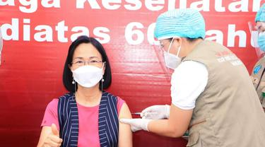 Rektor Universitas Sam Ratulangi Manado Ellen Joan Kumaat saat menjalani vaksinasi Covid-19. Tenaga pendidik dan kependidikan menjadi bagian dari pelayan publik yang menjadi sasaran program vaksinasi.