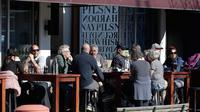 Pelanggan di kafe menikmati makan siang di bawah sinar matahari di Christchurch, Selandia Baru pada Minggu (9/8/2020). Selandia Baru pada Minggu kemarin telah berhasil melewati 100 hari tanpa merekam kasus Virus Corona COVID-19 yang ditularkan secara lokal. (AP Photo/Mark Baker)