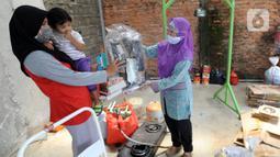 Warga menyetor sampah rumah tangga ke bank sampah Gepe Two di Perumahan Griya Pamulang II, Tangerang Selatan, Banten, Rabu (23/12/2020). Sampah rumah tangga yang diserahkan oleh warga ke bank sampah tersebut sudah melewati pemilahan. (merdeka.com/Arie Basuki)