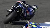 Pembalap Monster Energy, Maverick Vinales, saat latihan bebas pertama (FP1) MotoGP Andalusia 2020 di Sirkuit Jerez, Jumat (24/7/2020). Vinales mengukir waktu lap tercepat dan Rossi menempati posisi kedua. (AFP/Javier Soriano)