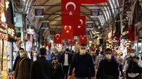 Sejumlah pengunjung menggenakan masker saat berjalan-jalan di Grand Bazaar yang dibuka kembali setelah ditutup karena COVID-19 di Istanbul, Turki, (1/6/2020). (AP Photo/Emrah Gurel)