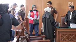 Terdakwa kasus dugaan penyebaran berita bohong atau hoaks, Ratna Sarumpaet memasuki ruangan untuk menjalani sidang lanjutan di Pengadilan Negeri Jakarta Selatan, Selasa (14/5/2019). Sidang tersebut dengan agenda pemeriksaan terhadap dirinya. (Liputan6.com/Faizal Fanani)