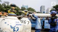 Sejumlah tabung oksigen yang akan didistribusikan bejajar di Posko Rescue Oxygen, Monas, Jakarta, Senin (5/7/2021). Posko Rescue Oxygen didirikan atas kolaborasi dengan sejumlah OPD Pemprov DKI Jakarta. (Liputan6.com/Faizal Fanani)