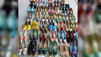 Di rumah tersangka, polisi menemukan sepatu-sepatu di balkon, di bahwa ranjang, dan dalam lemari. Semuanya ada 159 pasang.