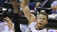 Pemain Los Angeles Clippers, Blake Griffin #32 melakukan umpan saat dihadang pemain Cleveland Cavaliers,  J.R. Smith #5) pada laga NBA 2016-2017 di Quicken Loans Arena, (1/11/2016). Clippers menang 113-94. (AP/Ron Schwane)
