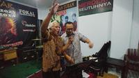 Calon Wakil Gubernur Jawa Tengah Sudirman Said, bernyanyi bersama musisi lkegendaris, Nomo Koeswoyo (Tim Media Sudirman Said)