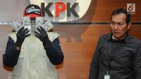 Petugas disaksikan Wakil Pimpinan KPK Saut Situmorang menunjukkan barang bukti uang sebesar USD 30 ribu hasil OTT kasus dugaan suap kuota impor ikan salem atau kan frozen pacific di Gedung KPK, Jakarta, Selasa (24/09/2019). KPK menetapkan dua tersangka. (merdeka.com/Dwi Narwoko)