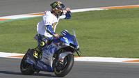 Pembalap Suzuki Ecstar, Joan Mir merayakan Juara Dunia 2020 usai balapan di MotoGP Valencia di Sirkuit Ricardo Tormo di Valencia, Spanyol, Minggu (15/11/2020). Prestasi ini ia raih di ajang MotoGP Valencia Spanyol hari Minggu (15/11) di Spanyol. (AP Photo/Alberto Saiz)
