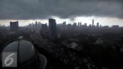 Foto Lanscape Jakarta yang di kelilingi awan gelap sebelum turunya hujan, Rabu (7/9). BMKG memprediksi fenomena La Nina yang mengakibatkan curah hujan tinggi akan berlangsung hingga bulan September 2016. (Liputan6.com/Johan Tallo)