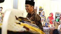 Senyum Presiden Joko Widodo atau Jokowi saat menghadiri pembukaan Muslim Fashion Festival (Muffest) Indonesia Tahun 2018 di JCC, Kamis (19/4). (Liputan6.com/Immanuel Antonius)