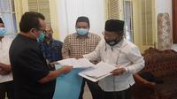 PCNU Kabupaten Cirebon menyerahkan surat kepada Satgas Covid-19 pusat melalui Bupati Cirebon Imron. Foto (istimewa)