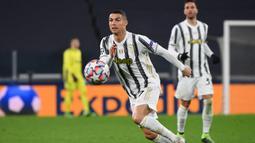 1. Penampilan. Cristiano Ronaldo unggul dengan penampilan sebanyak 32 kali bersama 3 klub yang pernah dibelanya, Manchester United, Real Madrid dan Juventus. Lionel Messi cuma berselisih 1 alias 31 penampilan bersama Barcelona. (AFP/Vincenzo Pinto)