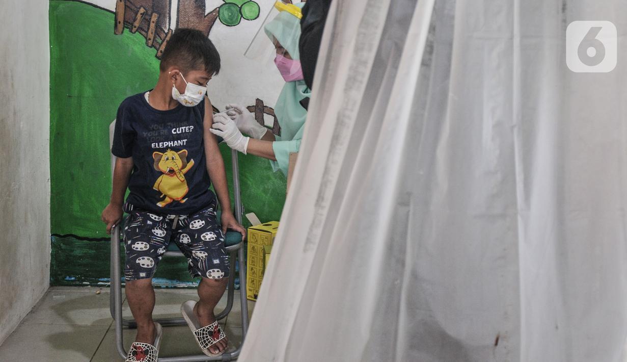 Petugas Puskesmas Kelurahan Rawa Bunga menyuntikkan vaksin Difteri Tetanus (DT) kepada seorang anak di RPTRA Citra Permata, Jakarta, Selasa (28/9/2021). Kegiatan rutin tahunan tersebut dalam rangka program Bulan Imunisasi Anak Sekolah (BIAS). (merdeka.com/Iqbal S Nugroho)