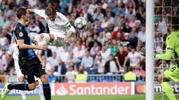 Pemain Real Madrid Sergio Ramos mencetak gol ke gawang Club Brugge pada laga Liga Champions di Stadion Santiago Bernabeu, Madrid, Spanyol, Selasa (1/10/2019). Pertandingan berakhir 2-2. (AP Photo/Manu Fernandez)