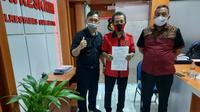 Kongko Windani, bersama kader Kepala Badan Bantuan Hukum dan Advokasi Rakyat (BBHAR) PDIP Surabaya Arif Budi Santoso, membawa stiker tersebut kepada pihak kepolisian. (Foto: Liputan6.com/Dian Kurniawan)