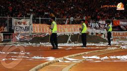 Aparat Kepolisian terus berjaga selama laga Persija kontra PDRM FA Malaysia di stadion GBK Jakarta (Liputan6.com/Helmi Fithriansyah)