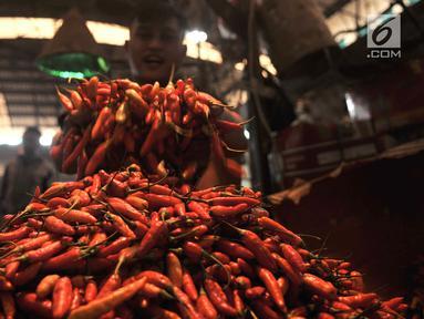 Pedagang memperlihatkan dagangan cabai di Pasar Induk Kramat Jati, Jakarta, Senin (8/7/2019). Harga cabai merah besar di pasar tersebut naik mencapai Rp55 ribu per kg, sedangkan cabai rawit menjadi Rp50 ribu per kg dan cabai rawit hijau pada kisaran Rp 60 ribu per kg. (merdeka.com/Iqbal S Nugroho)