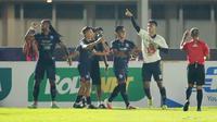 Pemain Arema FC, Muhammad Rafli (kanan) melakukan selebrasi usai mencetak gol ketiga timnya ke gawang Persela Lamongan dalam laga pekan ke-6 BRI Liga 1 2021/2022 di Stadion Madya, Jakarta, Minggu (3/9/2021). (Bola.com/M Iqbal Ichsan)