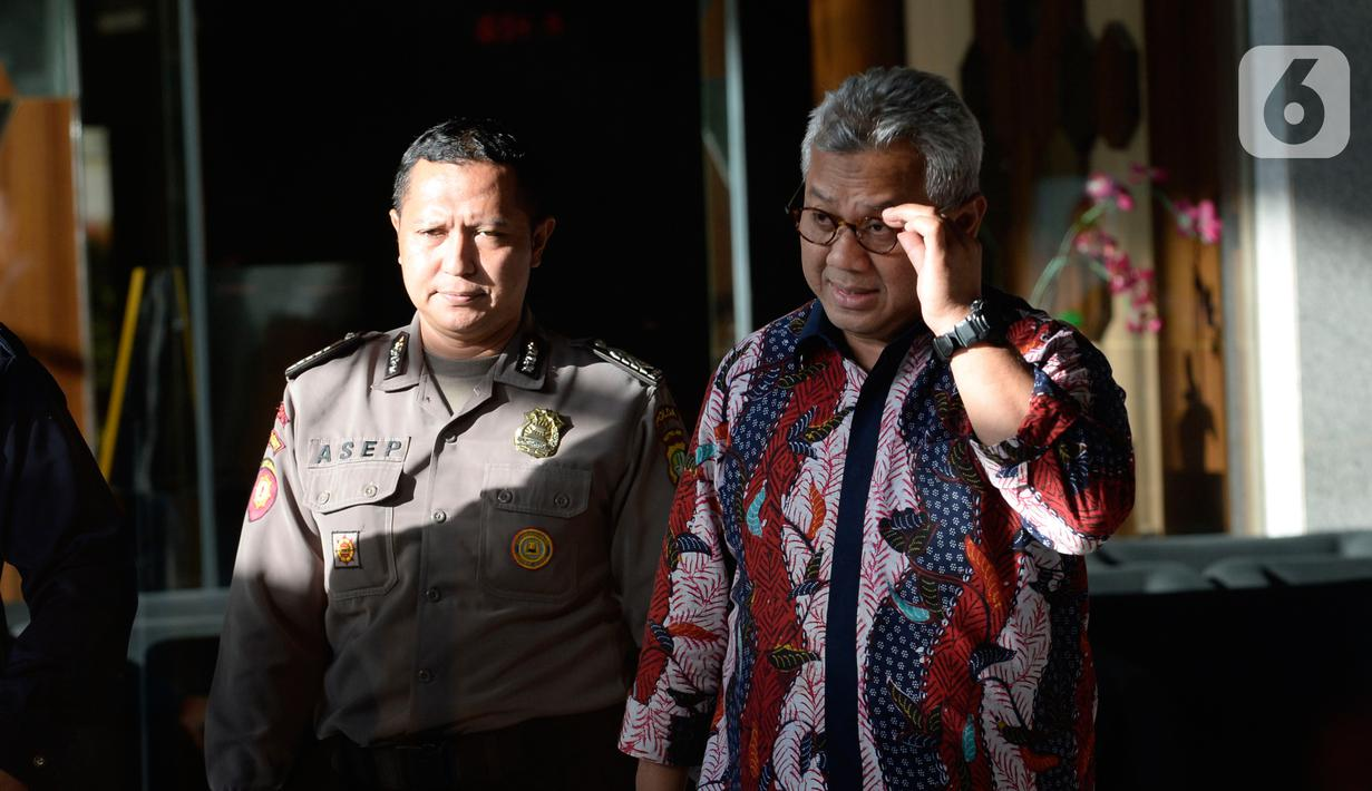 Ketua KPU Arief Budiman (kanan) usai dimintai keterangan terkait aliran dana suap Wahyu Setiawan di Gedung KPK, Jakarta, Selasa (28/1/2020). Arief diperiksa sebagai saksi untuk tersangka Saeful Bahri terkait dugaan suap penetapan PAW anggota DPR Terpilih 2019-2024. (merdeka.com/Dwi Narwoko)