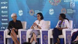 Menkeu Sri Mulyani (tengah) dan Managing Director IMF Christine Lagarde (kiri) saat menjadi pembicara dalam pertemuan tahunan IMF-Bank Dunia 2018 di Bali, Selasa (9/10). Pertemuan bertema 'Empowering Women In The Workplace'. (Liputan6.com/Angga Yuniar)