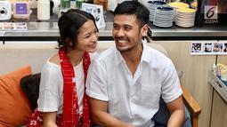 Pasangan selebritis Chicco Jerikho bersama istrinya Putri Marino tertawa di hadapan wartawan, Jakarta, Kamis (8/3). Chicco hanya butuh waktu tiga bulan pacaran sebelum akhirnya mantap meminang Putri. (Liputan6.com/Immanuel Antonius)