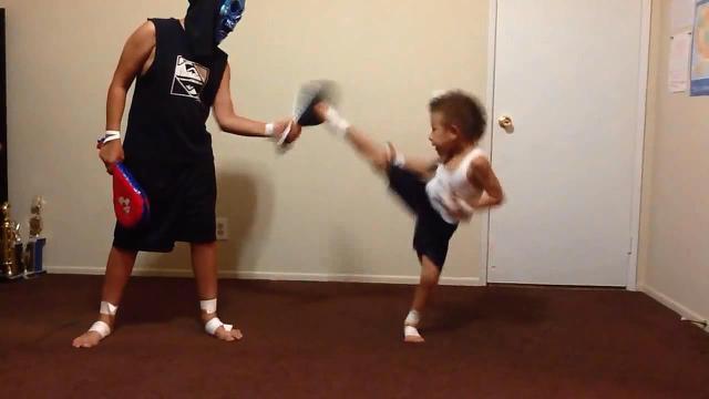 Hebatnya seorang bocah lelaki berusia 6 tahun yang melakukan tendangan-tendangan dasar Taekwondo.