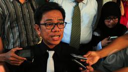 Ali Syamiarta memberikan keterangan pers usai melaporkan Agus Gumiwang ke Bareskrim Mabes Polri, Jakarta, Senin (30/3/2015). Ali melaporkan Agus Gumiwang karena dianggap telah memalsukan dokumen milik Partai Golkar.(Liputan6.com/Yoppy Renato)