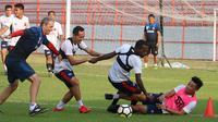 Madura United dalam sesi latihan. (Bola.com/Aditya Wany)