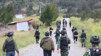 Personel TNI Polri saat mengecek lokasi korban penganiayaan di Distrik Ilaga Kabupaten Puncak Papua. (Istimewa)