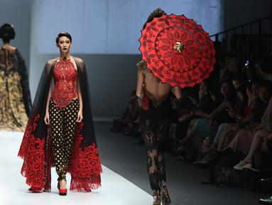 "Seorang model berjalan diatas catwalk membawakan busana rancangan Anne Avantie di Jakarta Fashion Week (JFW) 2016 di Senayan City, Jakarta, Selasa (27/10/2015). Koleksi kali ini Anne Avantie bertema ""Gambang Semarang"". (Liputan6.com/Herman Zakharia)"