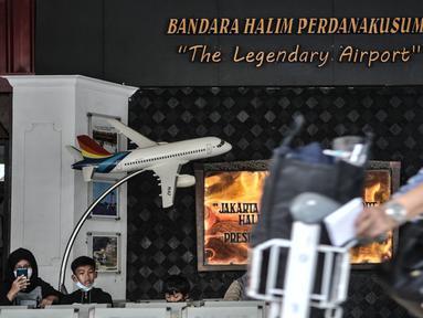 Calon penumpang menunggu jadwal keberangkatan pesawat di Bandara Halim Perdanakusuma, Jakarta, Kamis (17/12/2020). Pemerintah mewajibkan penumpang semua moda transportasi yang masuk dan keluar Jakarta melakukan rapid test antigen mulai 18 Desember 2020 - 8 Januari 2021. (merdeka.com/Iqbal Nugroho)