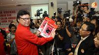 Tjahjo Kumolo menyerahkan 560 Bacaleg PDIP yang akan terus dilengkapi data-datanya. (Liputan 6.com/Andran M. Tunay)
