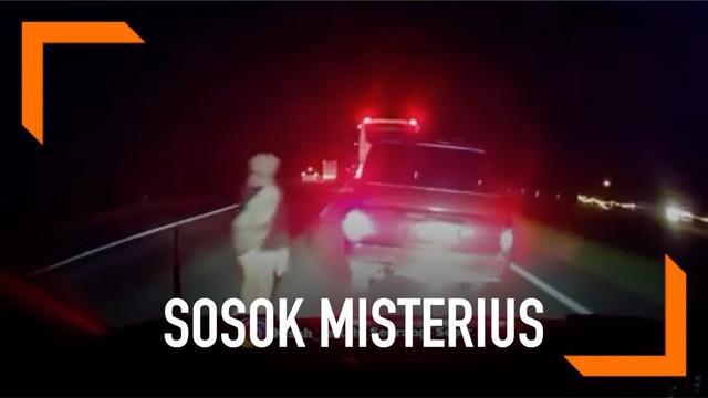 Baru-baru ini beredar sebuah video yang menunjukkan sosok misterius muncul di tengah jalan yang diduga terjadi di Tol Cipali. Sebuah mobil sampai menghindari sosok tersebut.