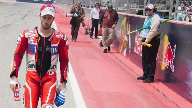 Dani Pedrosa pebalap tim Repsol Honda memperlihatkan sikap sportif yang layak dipuji saat menabrak tanpa sengaja Andrea Dovizioso pebalap Ducati pada MotoGP Austin di Texas, Minggu (10/4/2016).