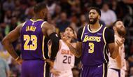 Dua bintang LA Lakers, LeBron James dan Anthony Davis, tampil gemilang saat timnya menang 123-115 atas Phoenix Suns pada laga lanjutan NBA di Talking Stick Resort Arena, Rabu (13/11/2019) pagi WIB. (GETTY IMAGES NORTH AMERICA / AFP)