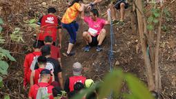Peserta Semen Indonesia Trail Run 2018 saat melintasi bukit pada Lomba Lari Trail Pertama di kawasan Pabrik Semen dan AreaAreaPascatambangdi Gresik, Minggu (11/11). Lomba ini dapat menularkan spirit sportivitas. (Liputan6.com/HO/Eko)